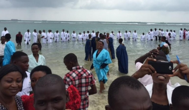CÉRÉMONIE DE BAPTÊME SANS PRÉCÉDENT AU RWANDA AVEC 100 000 CANDIDATS