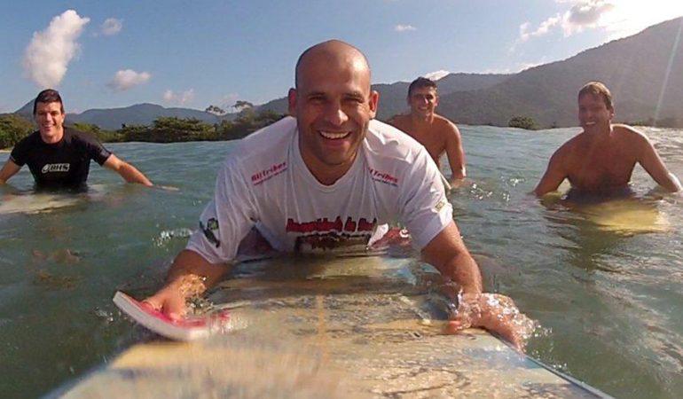 UN PASTEUR SURFEUR DISTRIBUE DES BIBLES WATERPROOF AU BRÉSIL