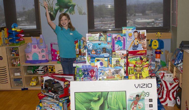 Le  18  mai,  Codi  Pelton,  11  ans,  de  la  ville  de Desert  Hot  Springs,  en  Californie  (Etats-Unis),  a  fait  une livraison  spéciale  de  jouets  et  de  jeux  au  service  de  cardiologie  de  l'hôpital  des  enfants  de  Loma  Linda (LLUCH). [Photo : Loma Linda University Health]