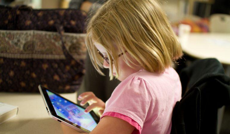 LA DÉPENDANCE À LA TECHNOLOGIE PARMI LES FACTEURS DE RISQUE POUR LES ENFANTS