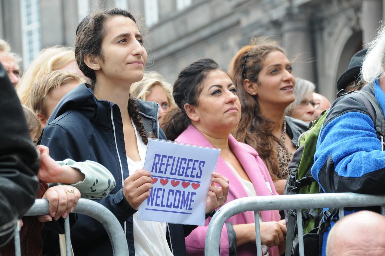 COULOIRS HUMANITAIRES : L'ARRIVÉE DE RÉFUGIÉS SYRIENS ET IRAKIENS