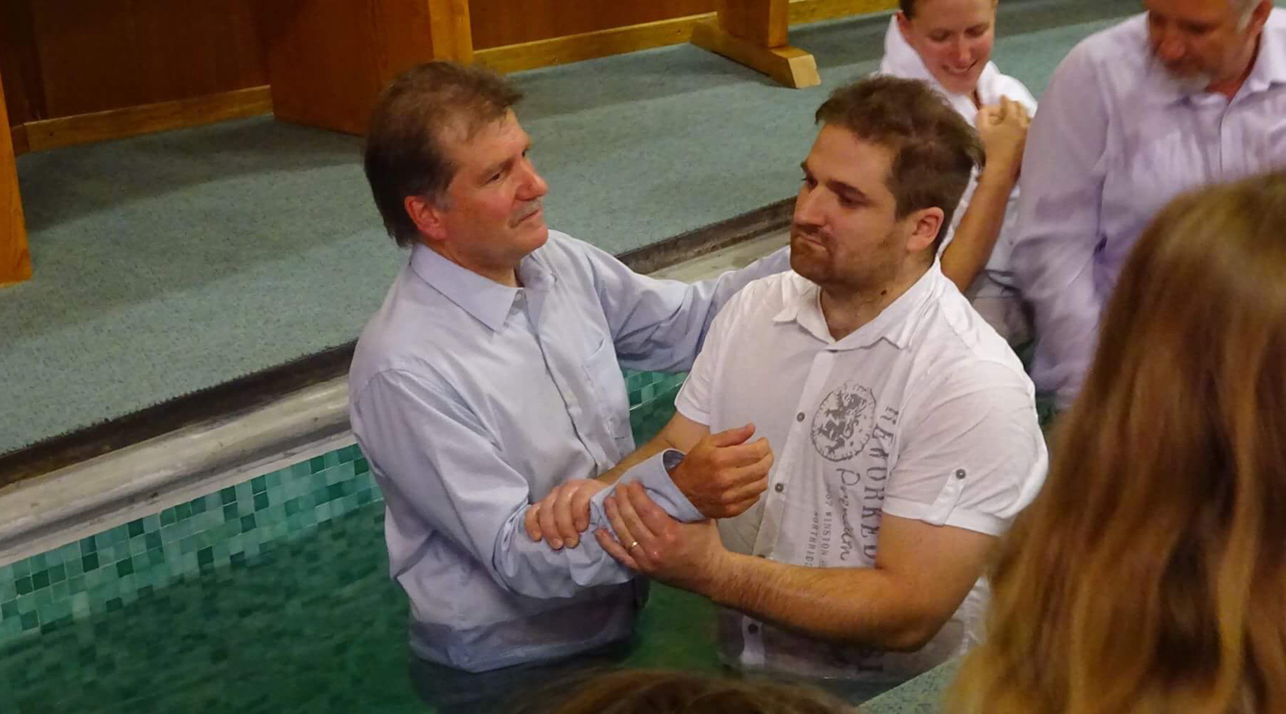 ÊTRE FILS DE PASTEUR NE SUFFIT PAS – BAPTÊME DE JONATHAN ET EVELYNE
