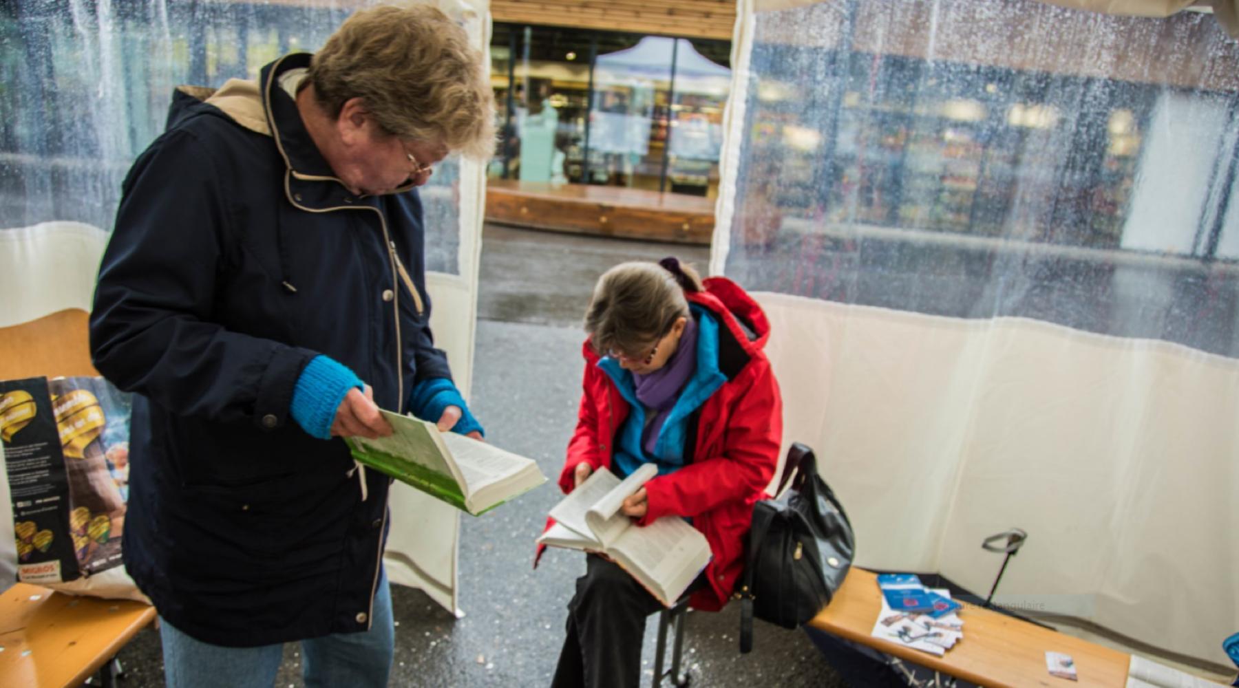GLAND : LA LECTURE DE LA BIBLE COMMUNAUTAIRE ININTERROMPUE À HAUTE VOIX SUR LA PLACE DE LA GARE EN 96 HEURES