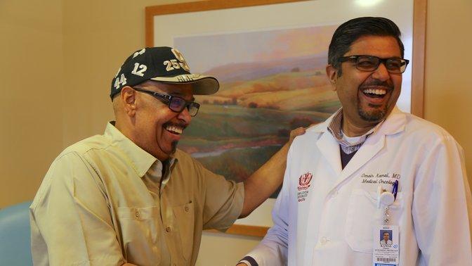 Quatre semaines après sa greffe, Merlin Decoud a rendu visite au Dr Omair Kamal lors d'un rendez-vous de suivi au Centre de Cancérologie de l'Université de Loma Linda le lundi 8 janvier. Image de LLUH
