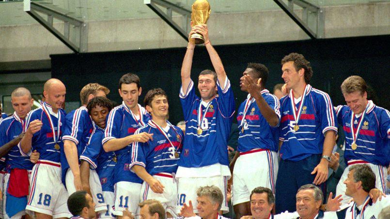 Zinedine ZIDANE avec le trophee - podium - Equipe de France - joie - attitude - France /Bresil- 12.07.1998 - Foot football - Finale de la coupe du monde 98 - 1998 - archives archive - largeur