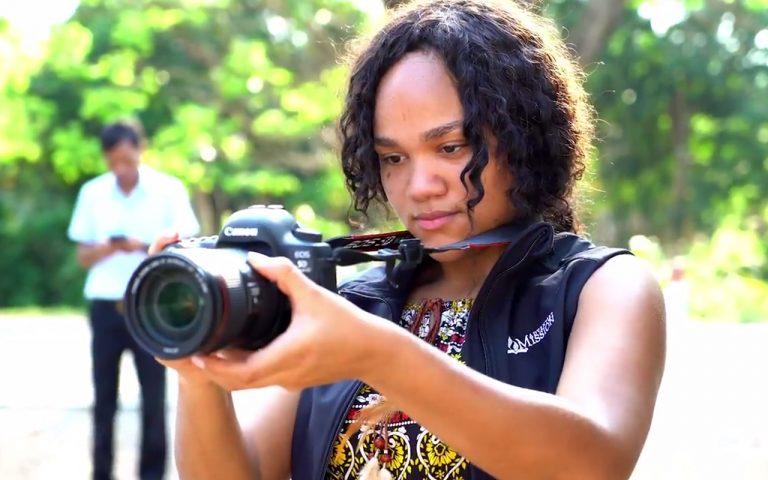 Rachel Fortunato de la République Dominicaine, filme lors d'une production de Mission Adventiste au Cambodge, du 15 au 23 mars 2018. Elle a remporté ce voyage international après avoir présenté un court métrage en 2017 dans le cadre du concours de films d'étudiants parrainé par Adventist Mission / Mission Spotlight. Photo de Mission Adventiste